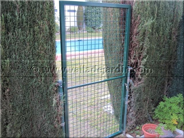 Obra en una urbanizaci n de una zona costera con for Puertas metalicas exterior jardin